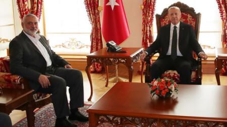 """Реджеп Ердоган и Исмаил Хания (вляво) в двореца """"Долмабахче""""."""