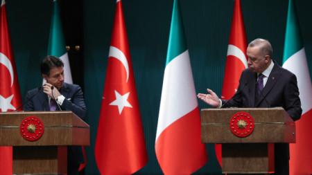 Италианският премиер Джузепе Конте на пресконференция в Анкара с турския президент Реджеп Ердоган.