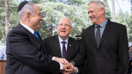 Бенямин Нетаняху с политическия си съперник Бени Ганц. В средата е президентът Реувен Ривлин