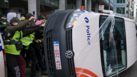 """Протестиращи """"жълти жилетки """"обръщат полицейска кола"""