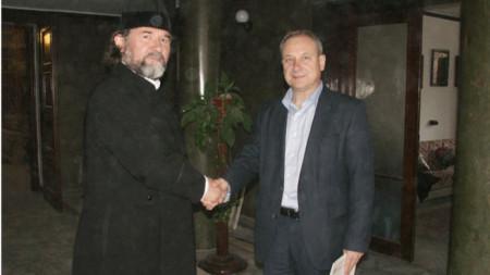 Ставрофорен иконом Славчо Проданов вляво.