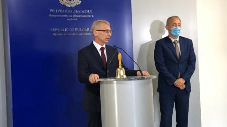 Ще работим в режим на пълна прозрачност и публичност за решенията, които вземаме, заяви служебният министър на образованието Николай Денков