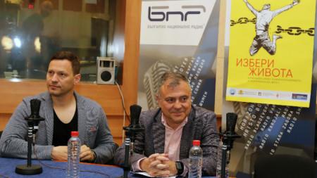 """Орлин Павлов и генералният директор на БНР Александър Велев в студиото на БНР на 9 май при старта на кампанията """"Избери живота""""."""
