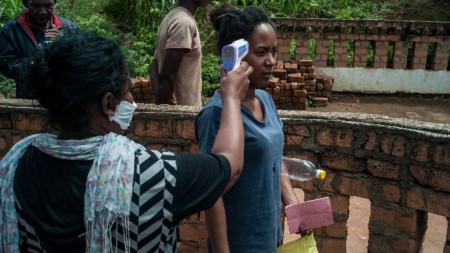 Проверка на температурата на жителка на Антананариво, Мадагаскар.