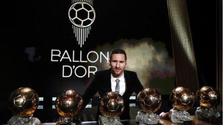 Лео Меси позира със своите шест златни топки.
