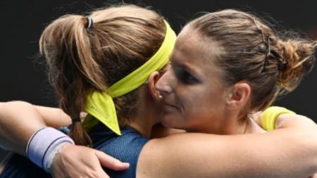 Каролина Мухова поздравява Каролина Плишкова (вдясно) след победата си в Мелбърн