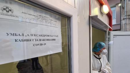 Пред Александровска болница във фургона пред Спешното отделение. Започна ваксинирането на лекари, медицински сестри и санитари, работещи на първа линия в борбата с Covid-19.