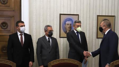 Държавният глава Румен Радев се срещна за консултации с представители на парламентарната група на ДПС. На снимката: Мустафа Карадайъ, Йордан Цонев, Аймед Ахмедов.