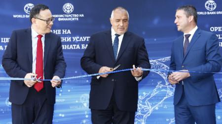 Управляващия Групата на Световната банка Шаолин Янг, премиерът Бойко Борисов и министъра на финансите Владислав Горанов откриха в София Център за споделени услуги на банката.