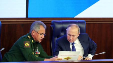 Сергей Шойгу разговаря с президента Владимир Путин