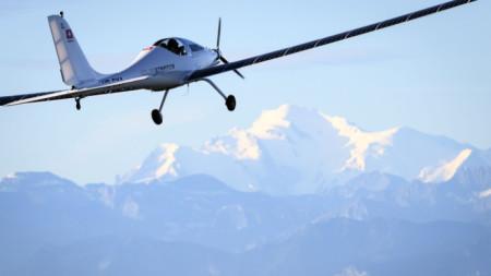 Самолет, захранван с фотоволтаични панели, лети на фона на връх Монблан, 25 август 2020 г.