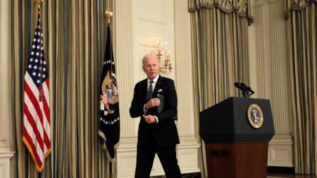 Президентът на САЩ Джо Байдън напуска катедрата след пресконференция по изпълнението на американския спасителен план в Белия дом, Вашингтон, 15 март 2021 г.