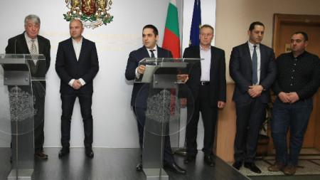 Министърът на икономиката Емил Караниколов и Симо Симов от Националното сдружение на търговци и превозвачи на горива (НСТПГ) дадоха брифинг след работната си среща във връзка с публикуваната декларация от тяхна страна.