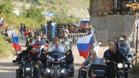 """Владимир Путин, облечен в кожени дрехи, пристигна на феста с мотор, като почетен гост на """"Нощните вълци"""""""