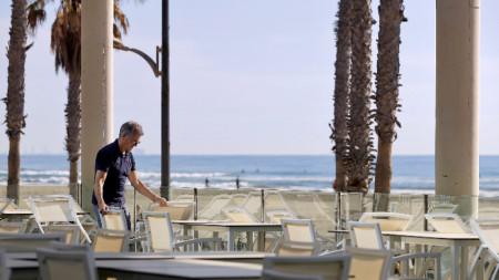 Заведение край брега в Испания се подготвя да посрещне клиенти - 17 май 2020 г.