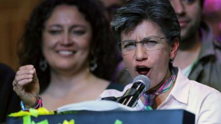 Клаудия Лопес говори след победата на изборите за кмет на Богота през октомври. Вляво на заден фон е приятелката ѝ, за която се ожени.