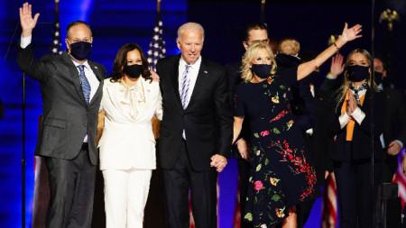 Джо Байдън със съпругата си Джил и избраната за вицепрезидент Камала Харис с половинката си Дъг Емхоф.