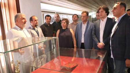 """Председателят на парламента на Грузия Иракли Кобахидзе, заместник-парламентарният председател Явор Нотев и дипломати посетиха музей """"Възраждане и Учредително събрание"""","""