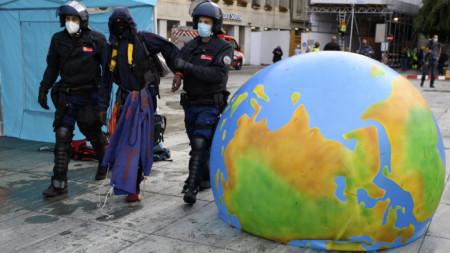 Полицията извежда екоактивист от района на протест пред парламента в Берн, Швейцария. 23 септември 2020 г.