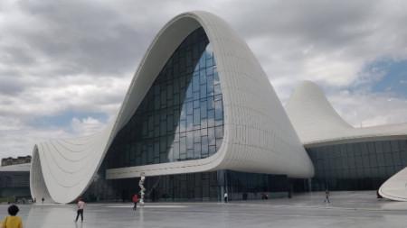 Гайдар Алиев център, построен от прочутата иракска архитектка Заха Хадид.