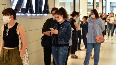 Опашка в най-големия мол в страната, който бе отворен след двумесечна карантина, Скопие, 15 май 2020 г.