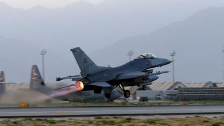 """Американски Ф-16 излита от ВВС базата """"Баграм"""" край Кабул, 22 септември 2017 г."""