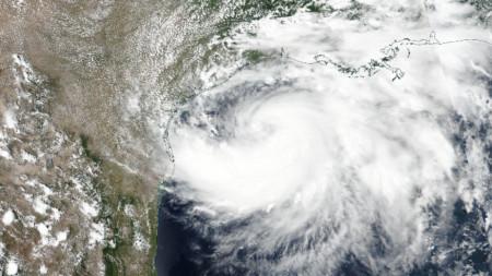 Снимка от сателит, показваща движението на тропическия ураган Хана