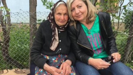 Доц. д-р Ана Кочева с 93-годишната баба Гана Кекевска от с. Голяма Желязна