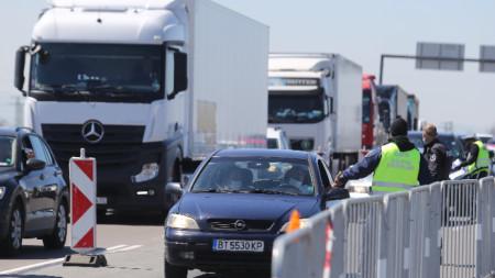 Огромни колони от автомобили се образуваха на изхода на София по магистрала