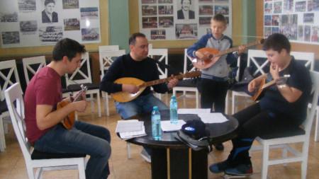 Млади тамбуристи с учителя Петьо Кръстев.