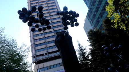 Пред КНСБ бяха пуснати 92 черни балона в Световния ден, посветен на безопасността и здравето на работното място.