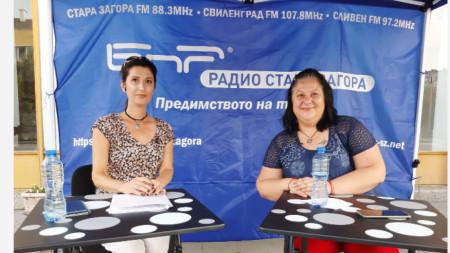 Мая Иванов (вдясно) гостува в изнесеното студио на Радио Стара Загора в Сливен.