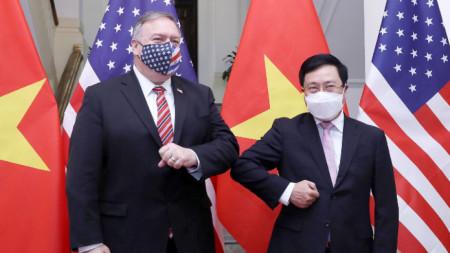 Държавният секретар на САЩ Майк Помпейо с министъра на външните работи на Виетнам Пам Бим Мин