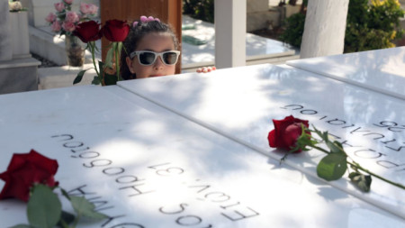 Момиче държи цветя на мемориалната служба за 45-годишнината от военния преврат в църква в Никозия.