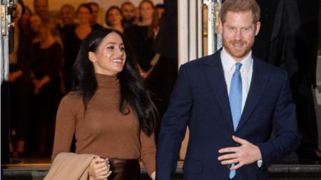 Принц Хари и съпругата му Меган по време на посещението си в канадската мисия в Лондон
