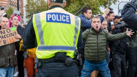 Хиляди се включиха в шествие по улиците на Лондон. Те поеха от Хайд парк, като скандираха лозунги срещу задължителните маски и въведените мерки, които определиха като тирания и държавен контрол.