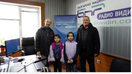 Дебора Бучела /вдясно/ с по-малката си сестра Ева, баща си Хайме Хосе Бучела /вляво/ и отец Пламен Гечев.