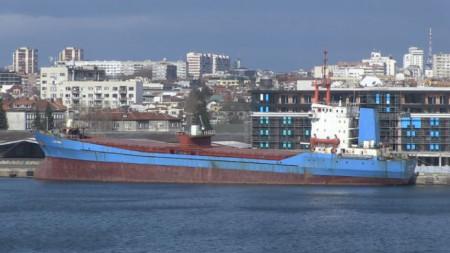 "Танкерът ""Бадр"" на пристанището в Бургас на 15 януари 2019 г."