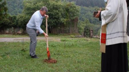 Първата копка за изграждането на костницата направи кметът на община Чипровци Пламен Петков