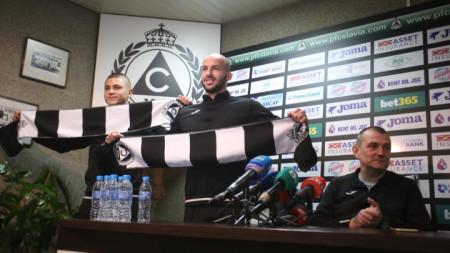 Томбак (вляво) и Петров бяха представени официално днес от наставника Загорчич.