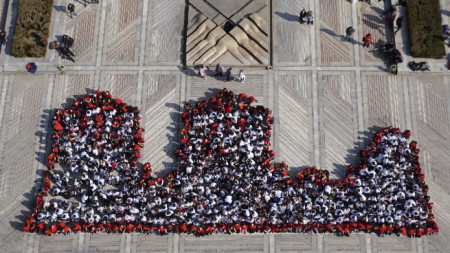 """Символът на Видин - крепостта """"Баба Вида"""" оживя  в  жива мартеница на площад """"Бдинци""""."""