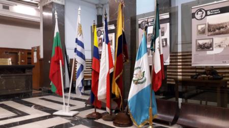 Las banderas de los seis Consulados Honorarios latinoamericanos en Bulgaria – los de Guatemala, Ecuador, Colombia, México, Uruguay y Chile–, montadas para el estreno del libro Mitología de los pueblos de América