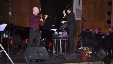 Солистът Чавдар Вълков и диригентът Георги Милтиядов