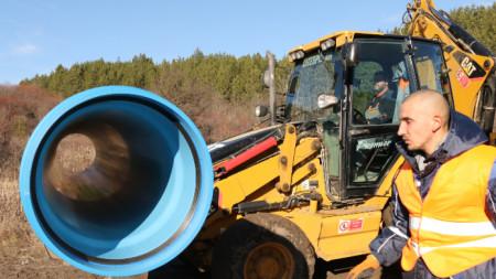 Започнаха строителните дейности и изкопните работи по изграждане на водопровода от село  Мало Бучино до Перник.