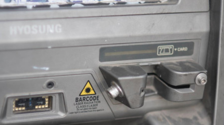На 100-ина банкомати в курорти в Мексико били сложени скимиращи устройства.