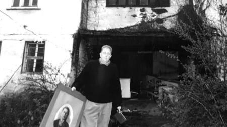 Петър Пунчев пред родовата си къща в Батак