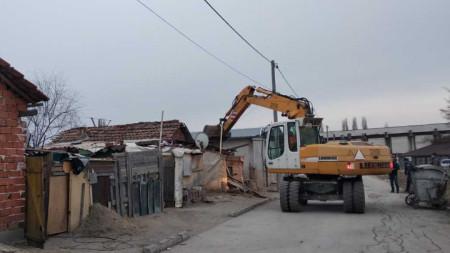 Багери сринаха със земята няколко незаконни постройки в ромската махала във Войводиново.