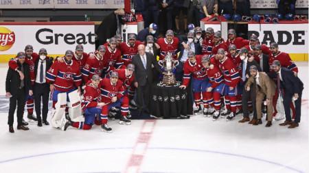Хокеистите на Монреал с купата Кларънс С Кембъл за шампиони на дивизията.