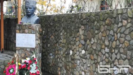 Бюст-паметник на Капитан Петко войвода в родното му село Доганхисар