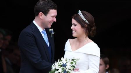 """Принцеса Юджини (28 г.) и Джак Бруксбанк (32 г.) след сватбената церемония в параклиса """"Сейнт Джордж"""" в Уиндзорския дворец."""